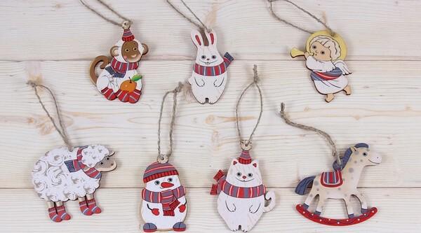 Яркого Нового года – это большой набор для рисования из 52 предметов, 5 разных новогодних игрушек с деревянной поверхностью