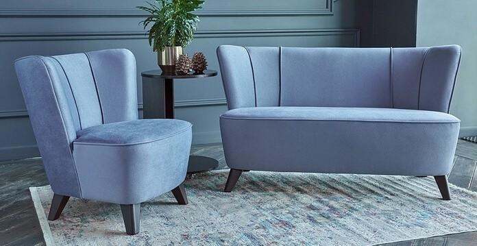 Для оформления такой лаунж-зоны можно использовать компактный двухместный диван и пару кресел